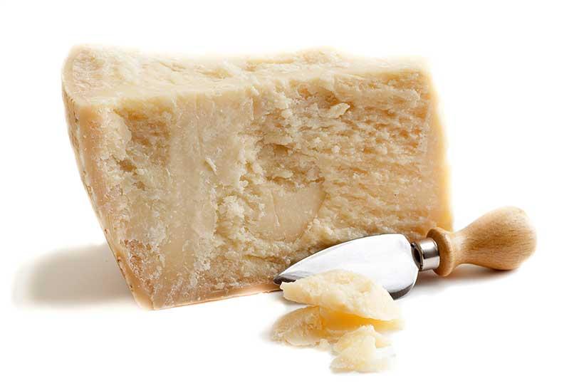 Queso parmesano duro italiano curado.