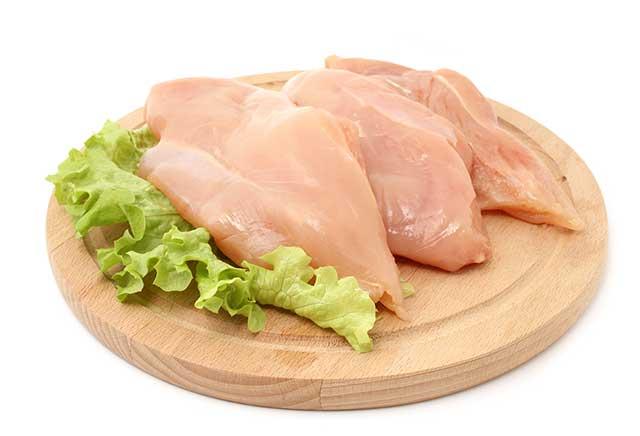 Ahşap Dairesel Bir Tahta üzerinde Tavuk Göğsü.
